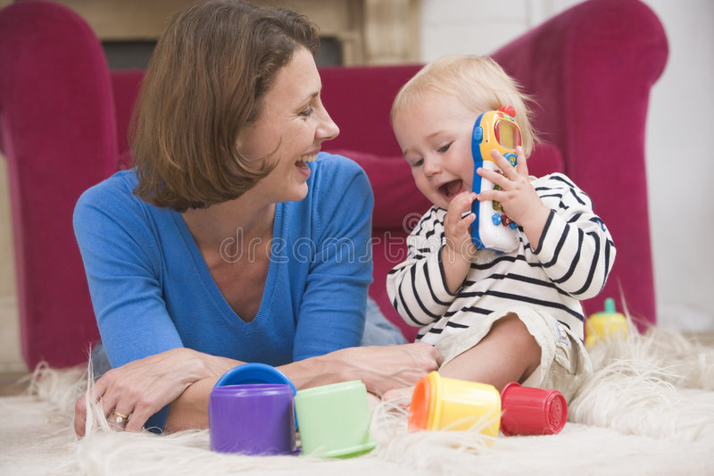 Moeder in woonkamer het spelen met baby royalty-vrije stock fotografie