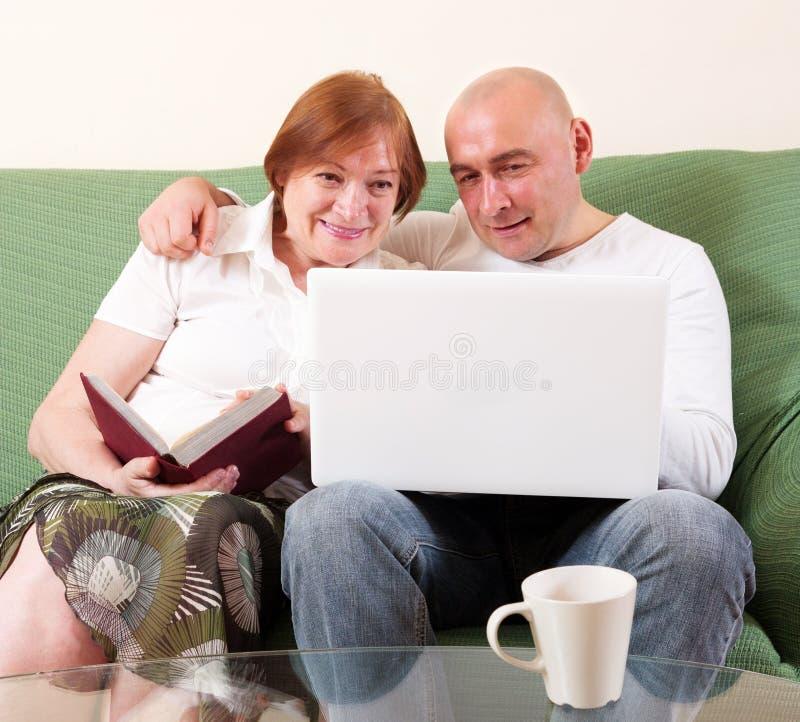 Moeder, zoon en laptop stock afbeelding