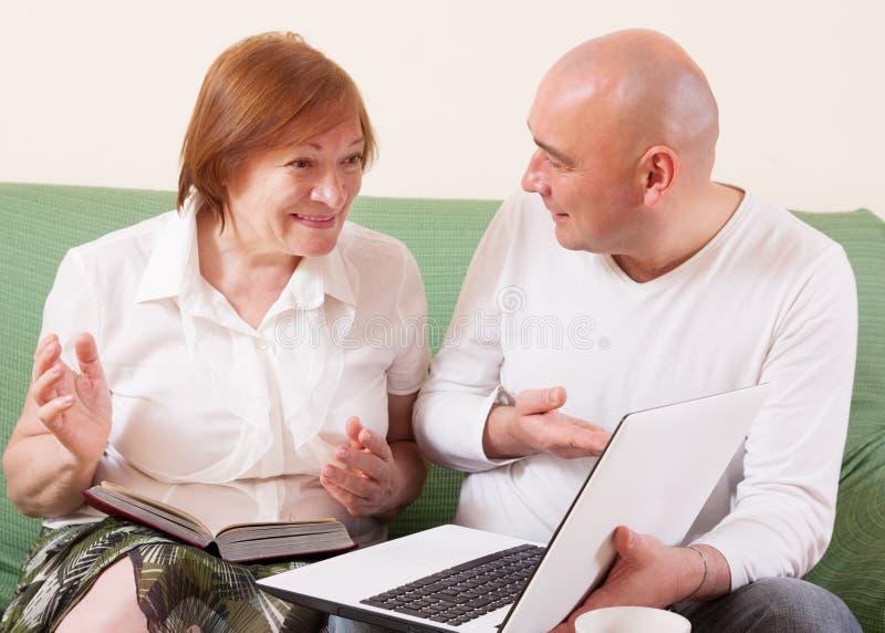 Moeder, zoon en laptop stock afbeeldingen