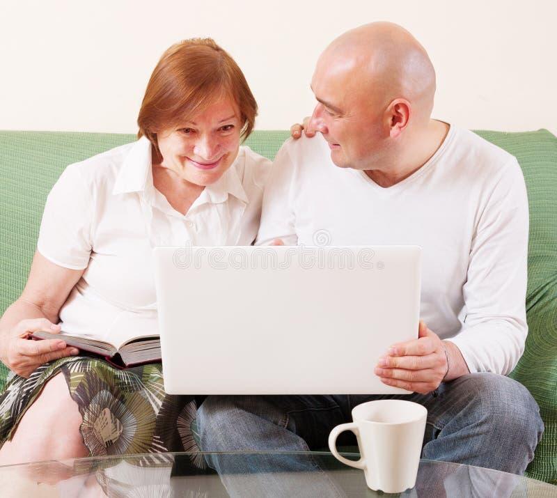 Moeder, zoon en laptop royalty-vrije stock afbeeldingen