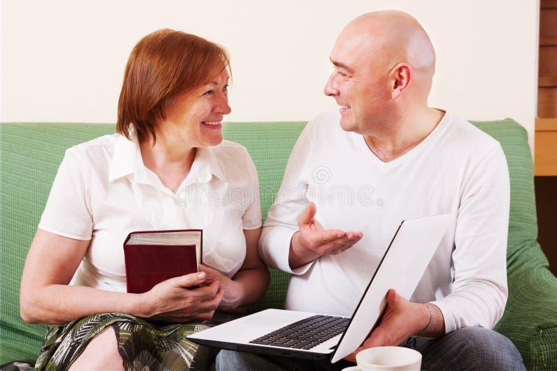 Moeder, zoon en laptop stock foto