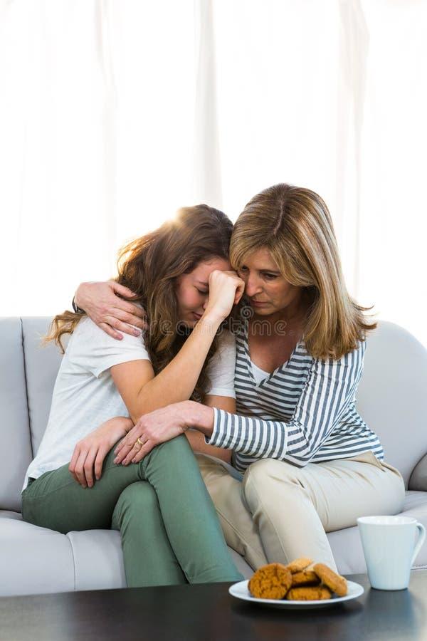 Moedercomfort haar dochter royalty-vrije stock fotografie