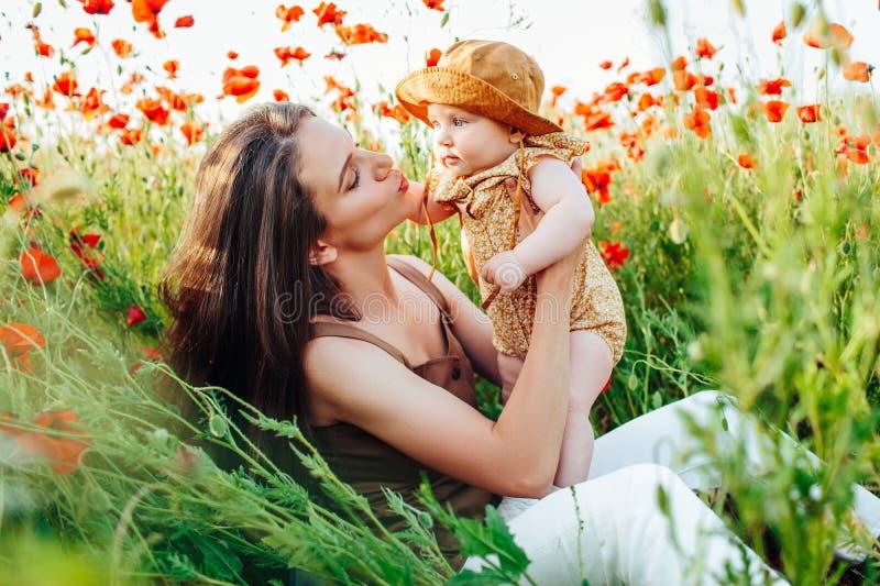 Moederdag en dochters De waarden en de tradities van de reclamefamilie royalty-vrije stock fotografie