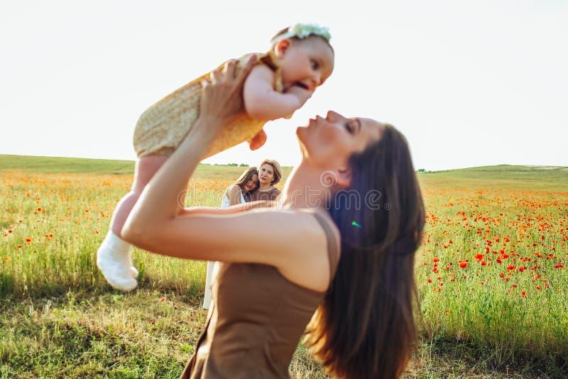 Moederdag en dochters De waarden en de tradities van de reclamefamilie royalty-vrije stock foto's