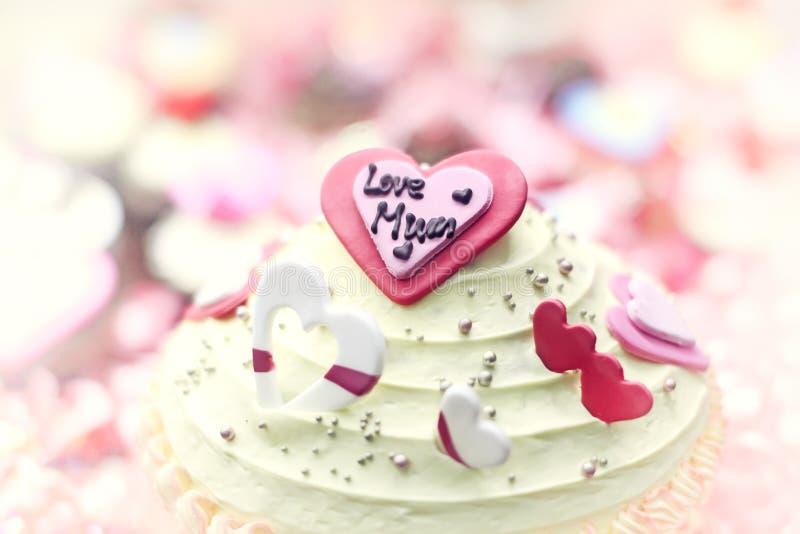 Moederdagcake met een cirkel van cupcakes effcet wijnoogst Lett stock foto's