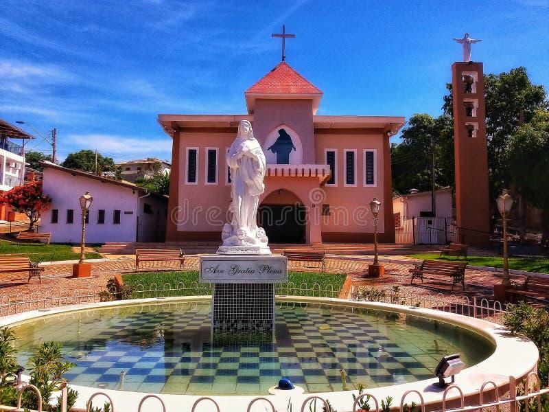 Moederkerk van een kleine stad binnen Brazilië stock afbeelding