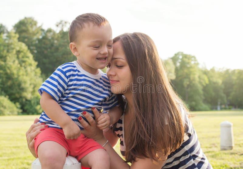 Moederschapsliefde moeder en zoon stock foto's