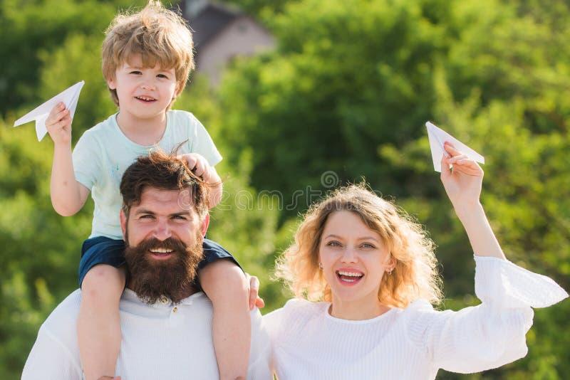 Moedervader en zoon Tuinpartij in Amerika Gelukkige en familie die glimlachen koesteren Leuk houdt weinig jongen document stock foto's