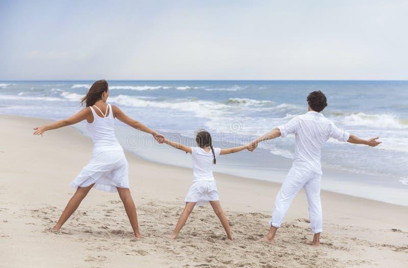 Moedervader Girl Child Family op de Handen van de Strandholding stock fotografie