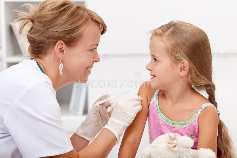 Moedig meisje die injectie ontvangen stock foto's