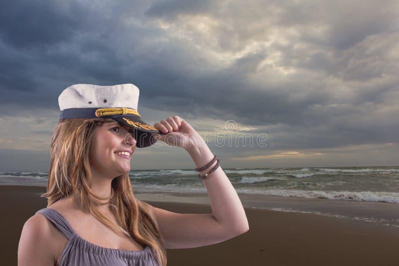 Moedig meisje met kuiltjes en marien GLB bij de zeekust royalty-vrije stock foto