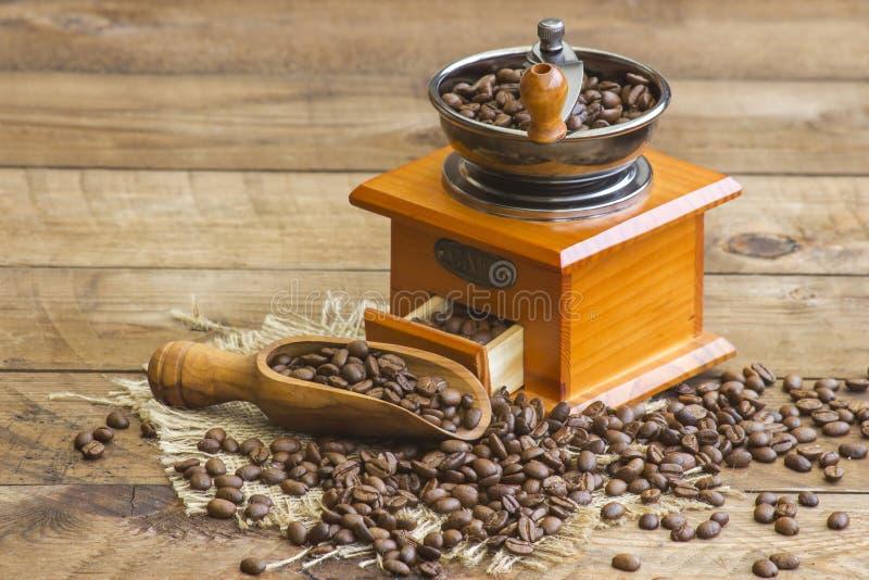 Moedor de café com os feijões de café roasted foto de stock royalty free