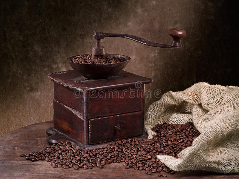 Moedor de café da avó idosa imagens de stock
