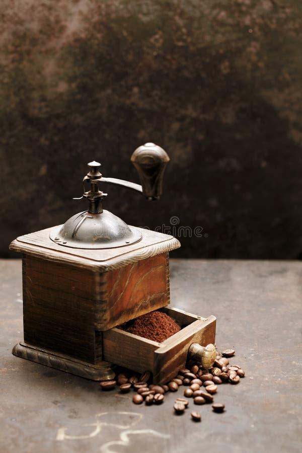 Moedor de café de madeira velho foto de stock royalty free