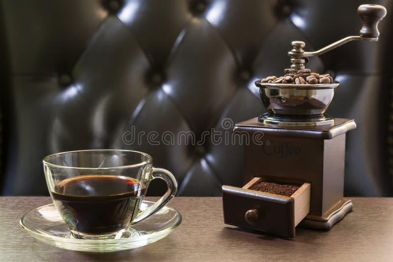 Moedor de café e copo de café velhos fotografia de stock