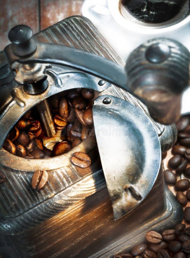 Moedor de café e feijões de café imagem de stock
