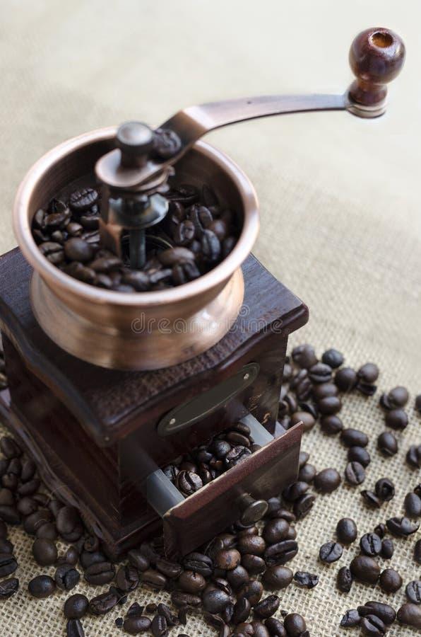 Moedor de café e feijões de café de madeira foto de stock royalty free