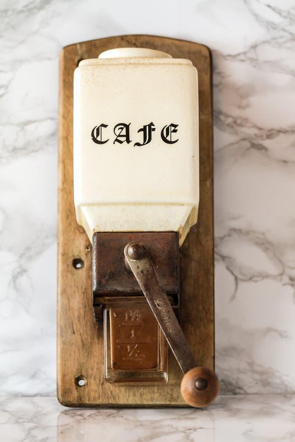Moedor de café de madeira manual velho Machine fotos de stock royalty free