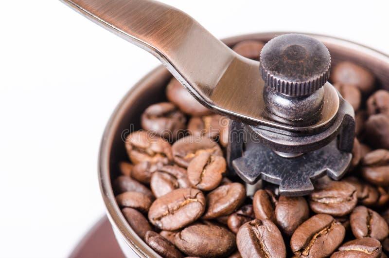 Moedor de café manual com feijões de café Isolado Fundo branco Estilo moderno Feijões de café Roasted imagens de stock royalty free