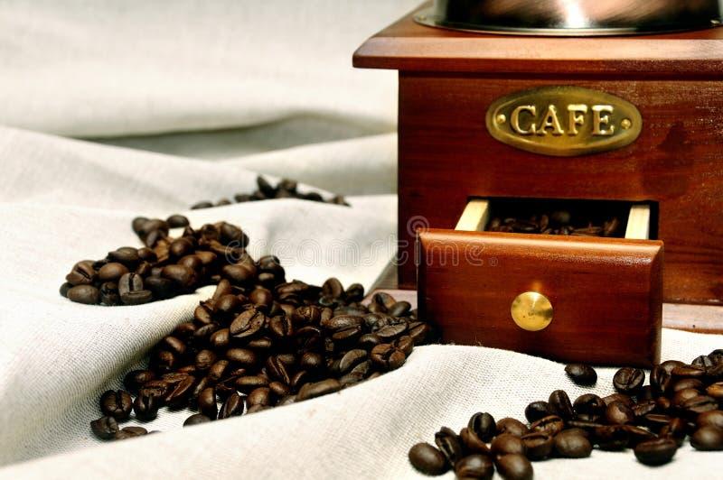 Moedor de café manual do vintage velho com feijões de café fotos de stock royalty free