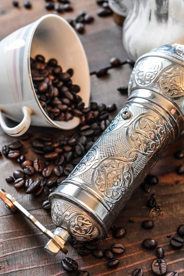 Moedor de café de prata turco velho fotografia de stock royalty free