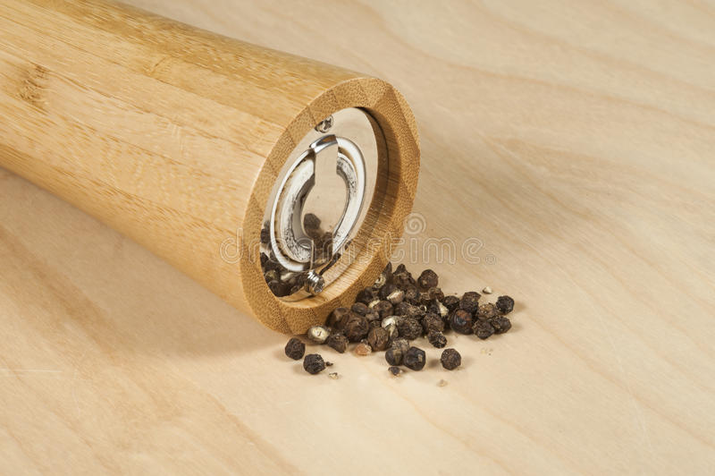 moedor de pimenta de bambu com grões imagem de stock