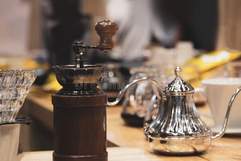Moedor Manual Coffee Bean do vintage na cafetaria, gotejamento do café imagem de stock