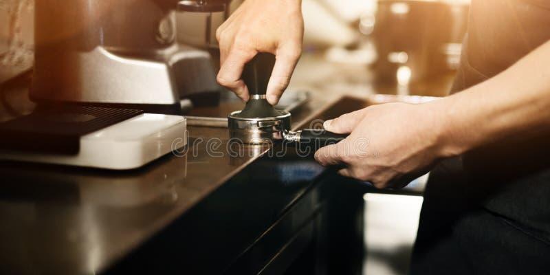 Moedor Portafilter Concept de Barista Coffee Maker Machine imagens de stock royalty free