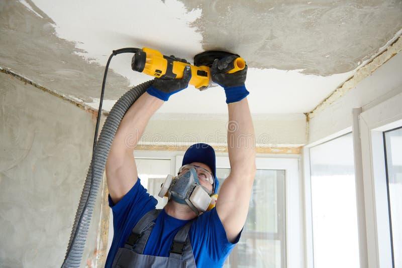 Moedura de superfície do teto concreto pela máquina do moedor de ângulo foto de stock royalty free