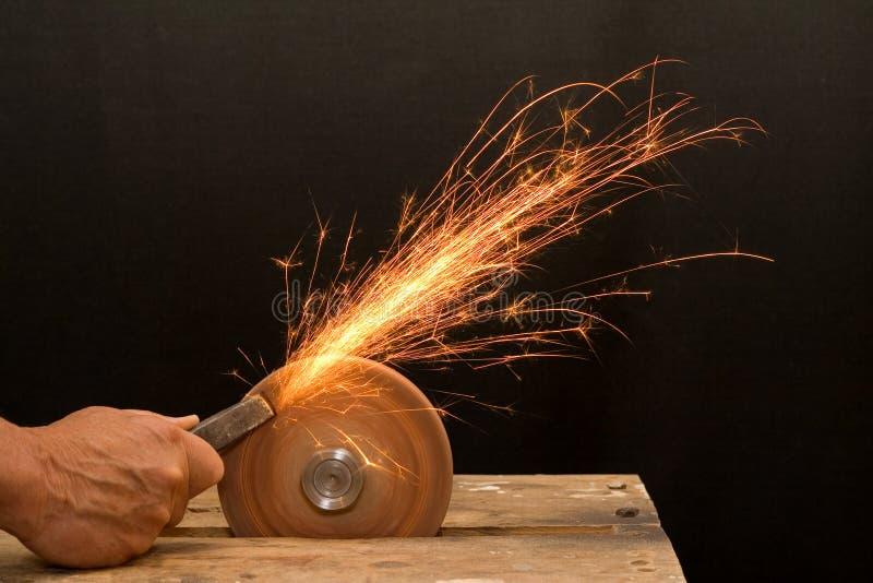 Moedura sênior da mão do artesão foto de stock royalty free
