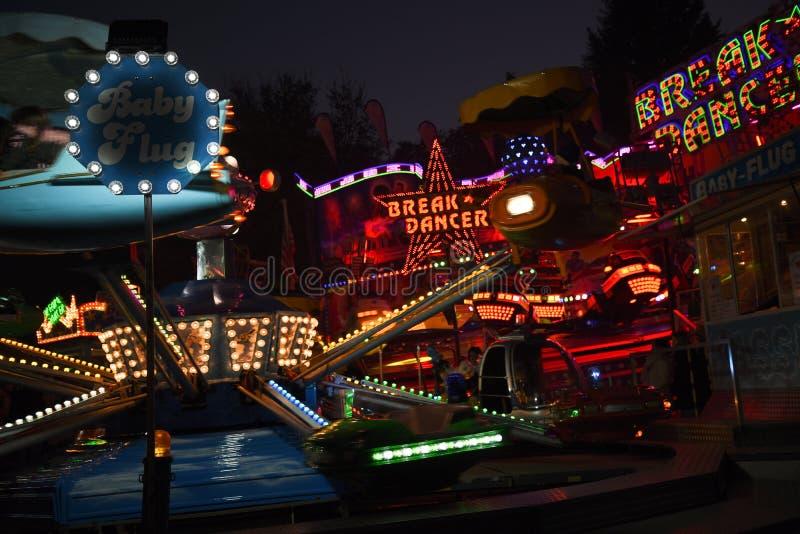 MOELLN, ГЕРМАНИЯ, 1-ОЕ НОЯБРЯ 2018: carousels езды ярмарки на рынке осени, долгой выдержке с запачканным движением, абстрактным стоковая фотография rf