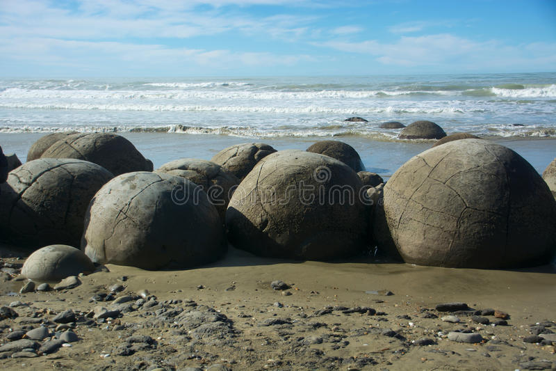Moeraki Fluss-Steine lizenzfreies stockbild