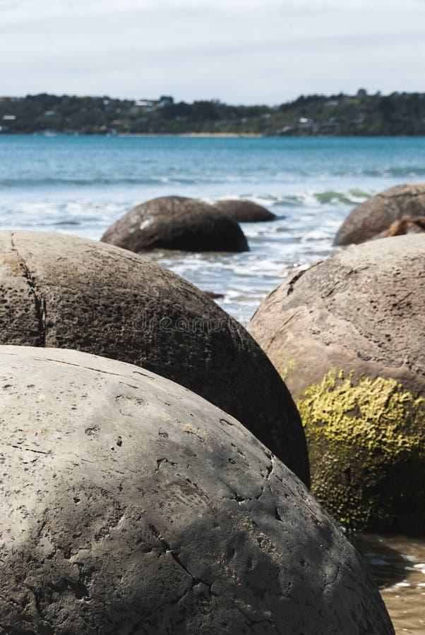 Moeraki Fluss-Steine, Neuseeland stockfotos