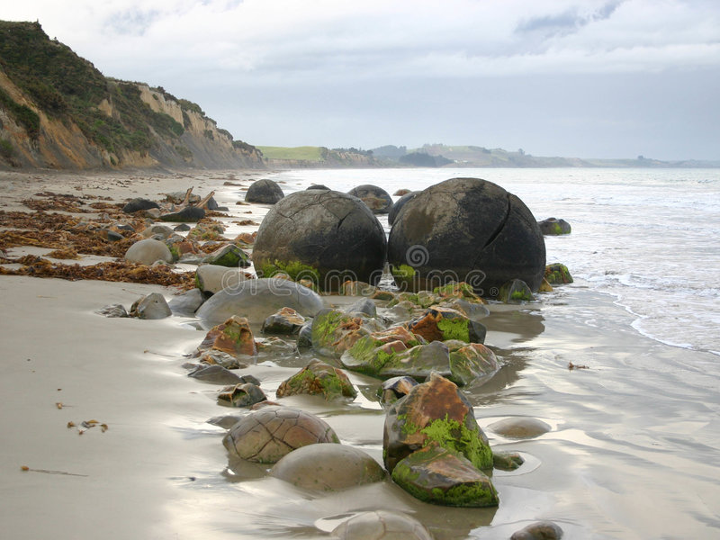 Moeraki Fluss-Steine Neuseeland lizenzfreie stockfotografie