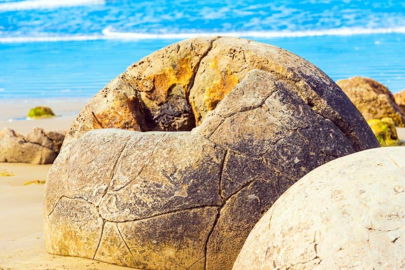 Moeraki-Flusssteine auf Koyokokha-Strand in der Otago-Region, Neuseeland lizenzfreies stockbild