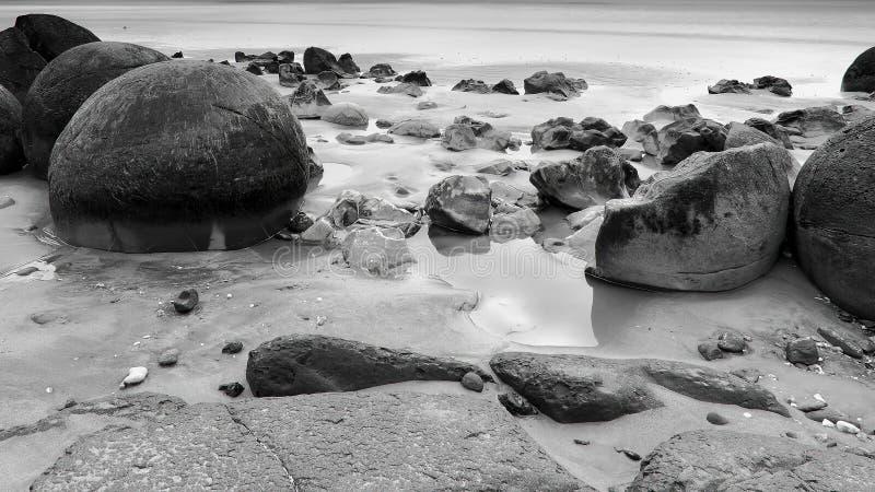 Moeraki-Flusssteine, Neuseeland lizenzfreie stockfotos