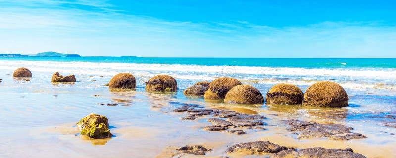 Moeraki głazy na Koyokokha wyrzucać na brzeg w Otago regionie, Nowa Zelandia Odbitkowa przestrzeń dla teksta zdjęcie stock