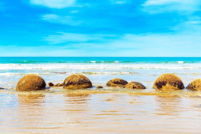 Moeraki głazy na Koyokokha wyrzucać na brzeg w Otago regionie, Nowa Zelandia Odbitkowa przestrzeń dla teksta obraz stock