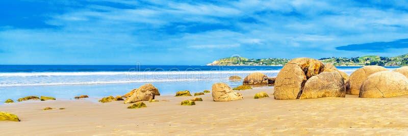 Moeraki głazy na Koyokokha wyrzucać na brzeg w Otago regionie, Nowa Zelandia Odbitkowa przestrzeń dla teksta zdjęcia stock