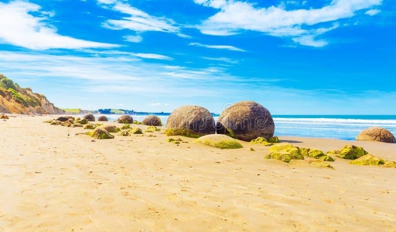 Moeraki głazy na Koyokokha wyrzucać na brzeg w Otago regionie, Nowa Zelandia Odbitkowa przestrzeń dla teksta zdjęcie royalty free