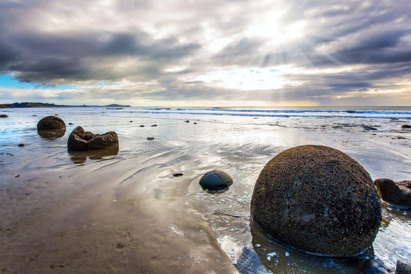 Moeraki głazy na piaskowatej plaży zdjęcia royalty free