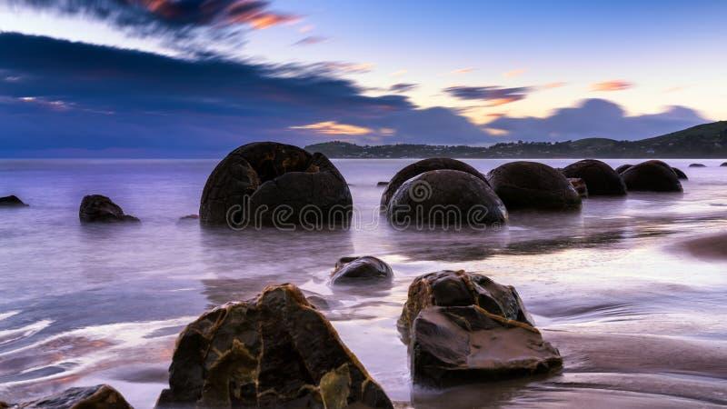 Moerakikeien bij zonsopgang stock afbeeldingen