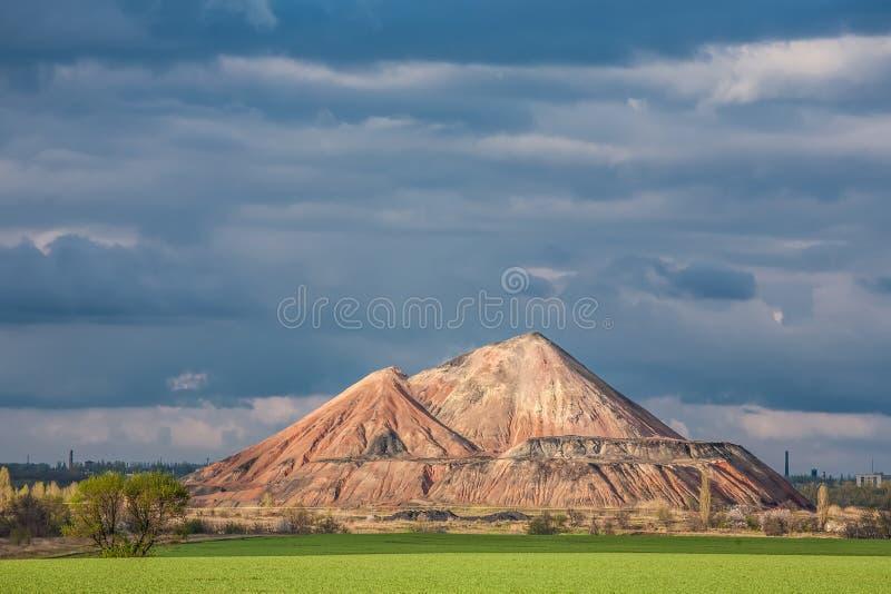 Download Moeras En De Zwarte Bergen, Slagheap Stock Afbeelding - Afbeelding bestaande uit meer, landschap: 29510415