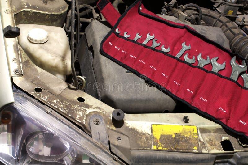 Moersleutelreeks garagehulpmiddelen in doekzak op de motor van een auto stock foto's