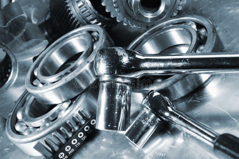 Moersleutels met de delen van de staalmachine stock afbeeldingen