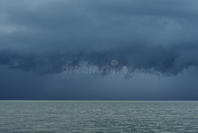 Moesson donkere wolken over het overzees op Penang-Eiland in Maleisië stock fotografie