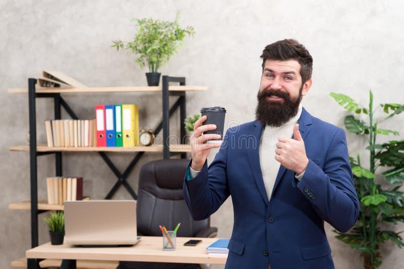 Moet stimulans voor hem hebben Van de de zakenmanondernemer van de mensen gebaarde manager de greepkop van koffie Ontspannen vrol stock afbeelding