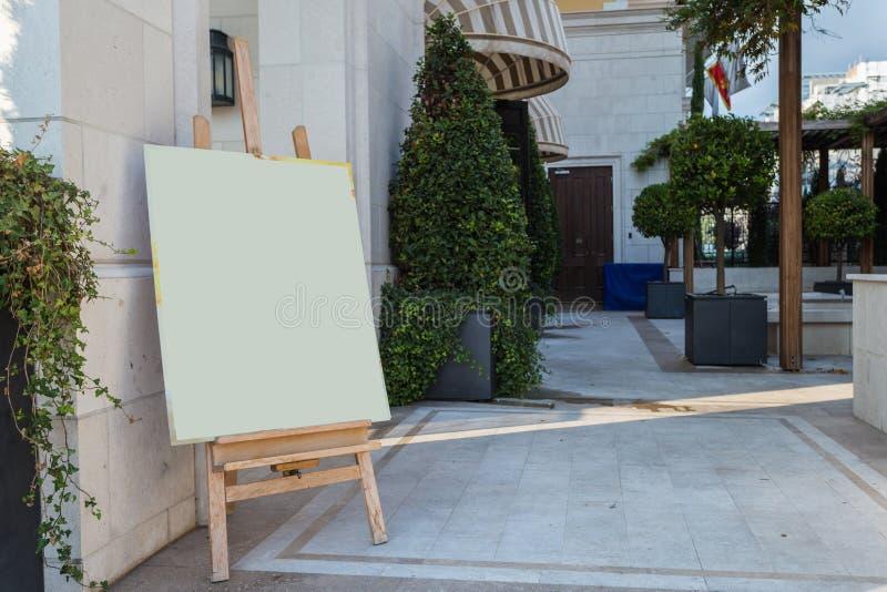 Mofa blanca del tablero de bocadillo del soporte de la publicidad al aire libre del espacio en blanco encima de la plantilla foto de archivo libre de regalías