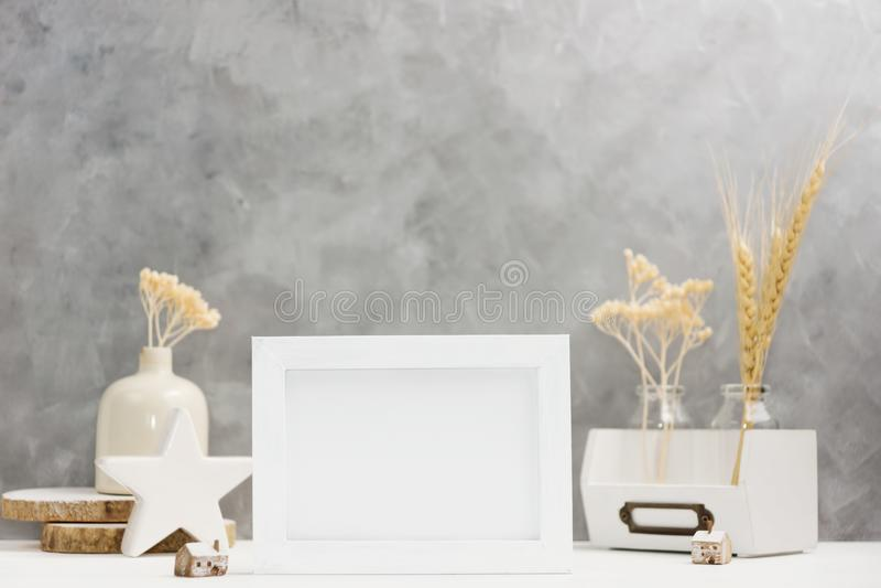 Mofa brillante del marco de la foto para arriba con las plantas en el florero, decoración de cerámica en estante contra la pared  fotografía de archivo libre de regalías