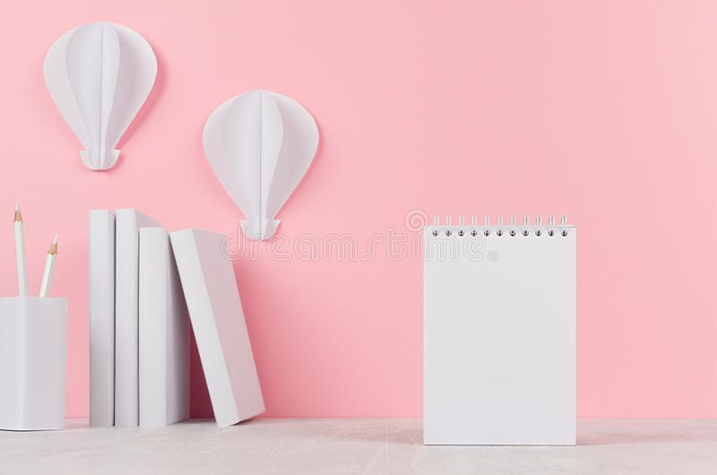 Mofa creativa para arriba de nuevo a la escuela - efectos de escritorio blancos, papel con membrete en blanco y papiroflexia de l fotografía de archivo libre de regalías